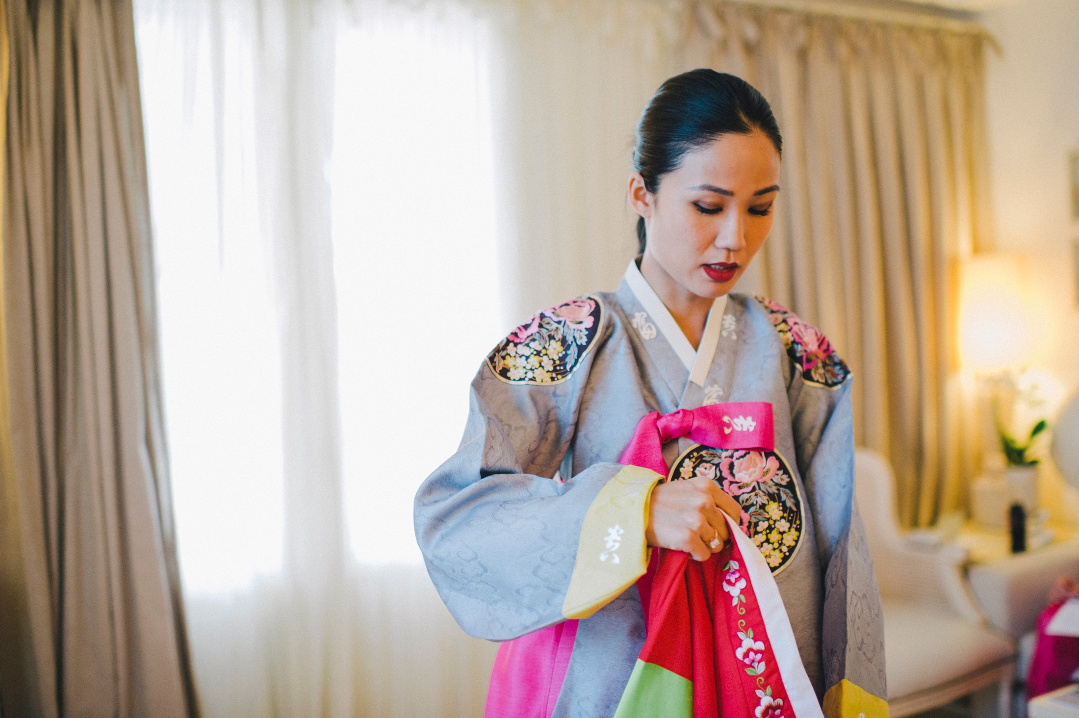 bride wearing the traditional korean wedding dress