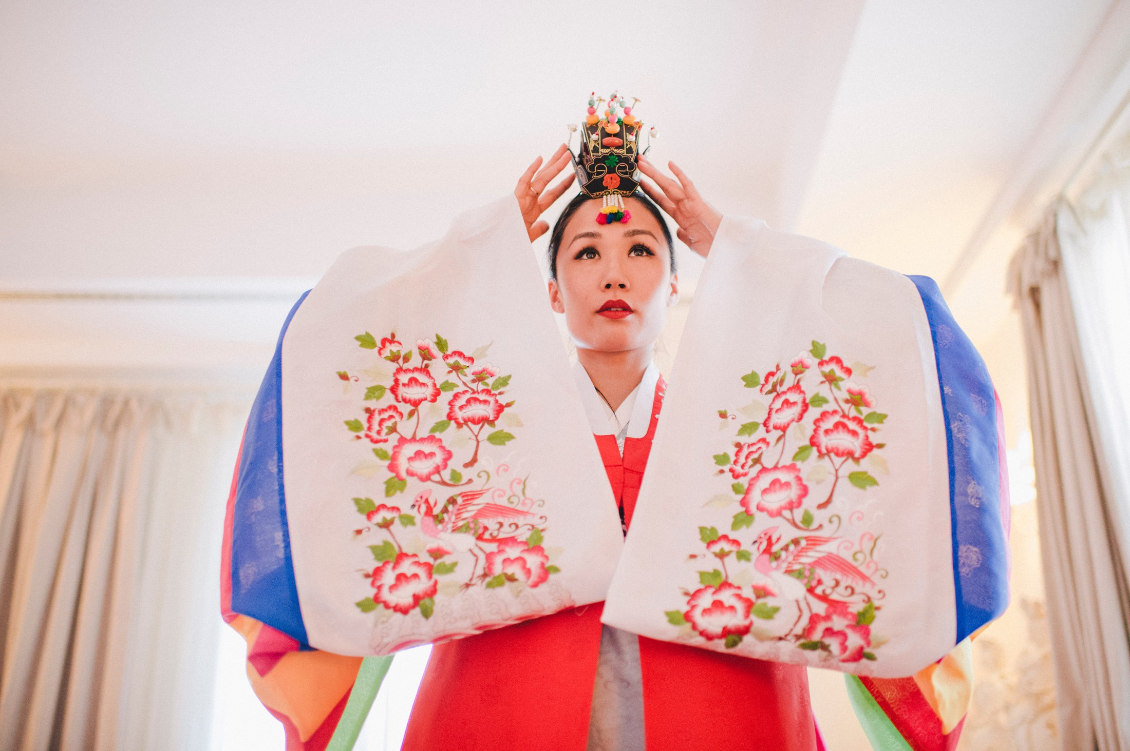 the bride wearing the Korean traditional wedding hair decoration
