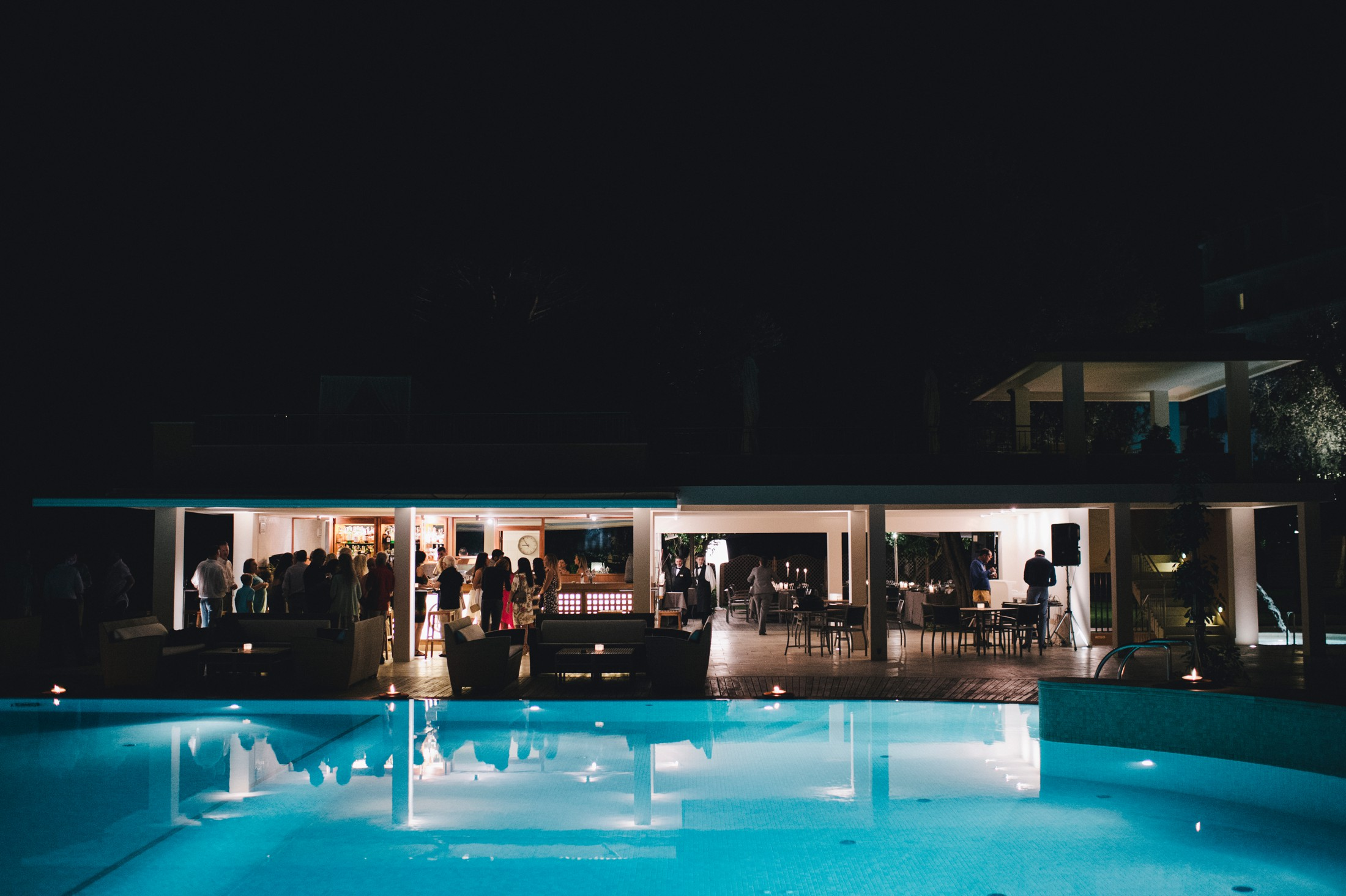 wedding in sorrento swimming pool of excelsior vittoria by night