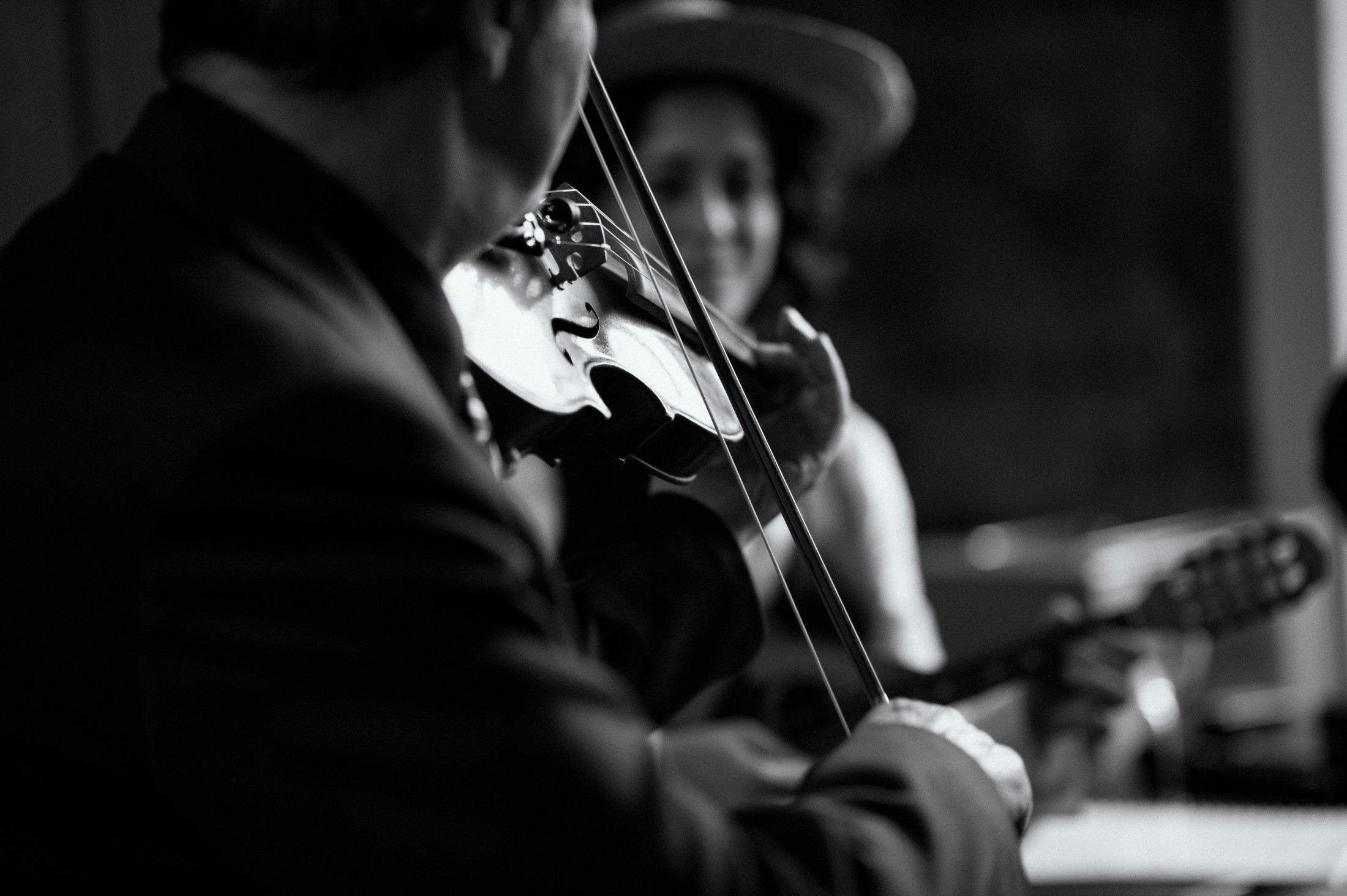 wedding musician playing the violin in black and white florence