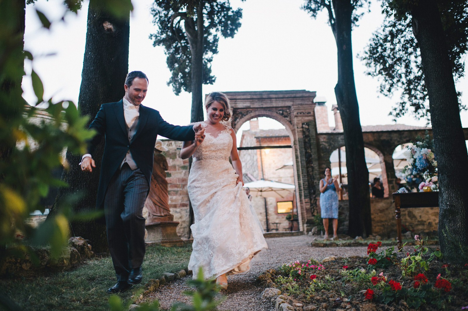 tuscany wedding bride and groom joining their guests for the dinner