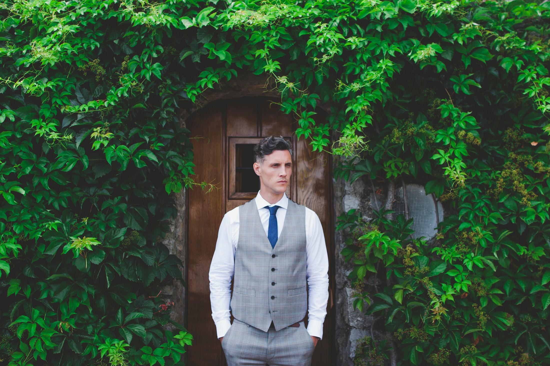 ravello wedding groom's portrait with a wooden door as backdrop