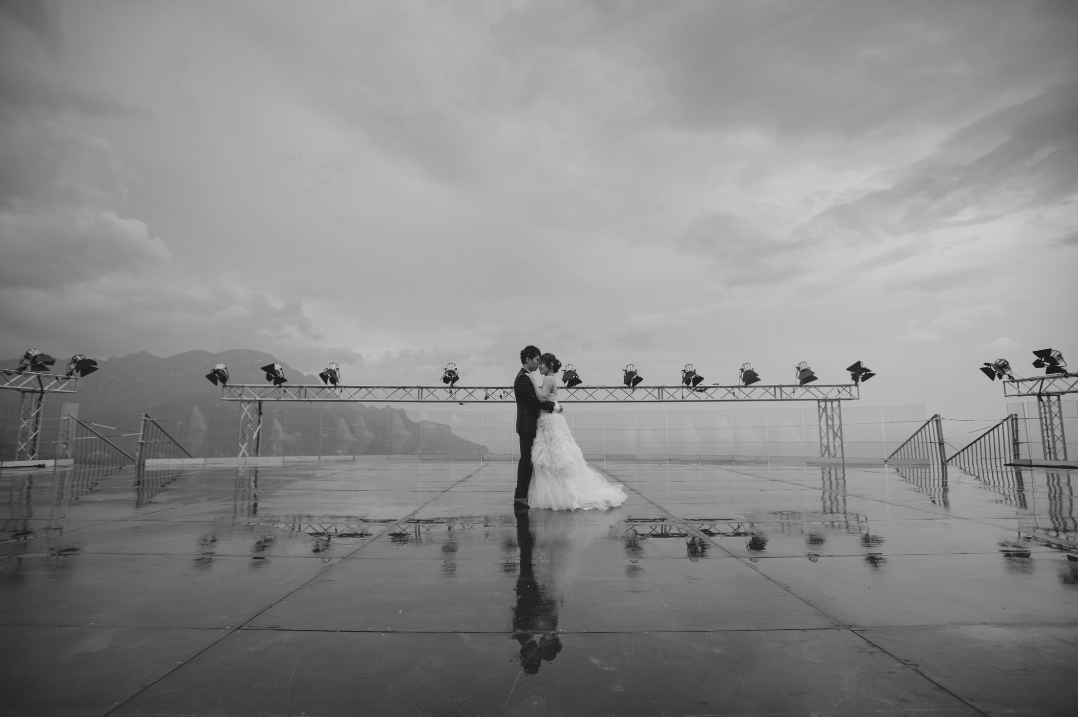 wedding on the amalfi coat bride and groom's portrait at villa rufolo in ravello in black and white