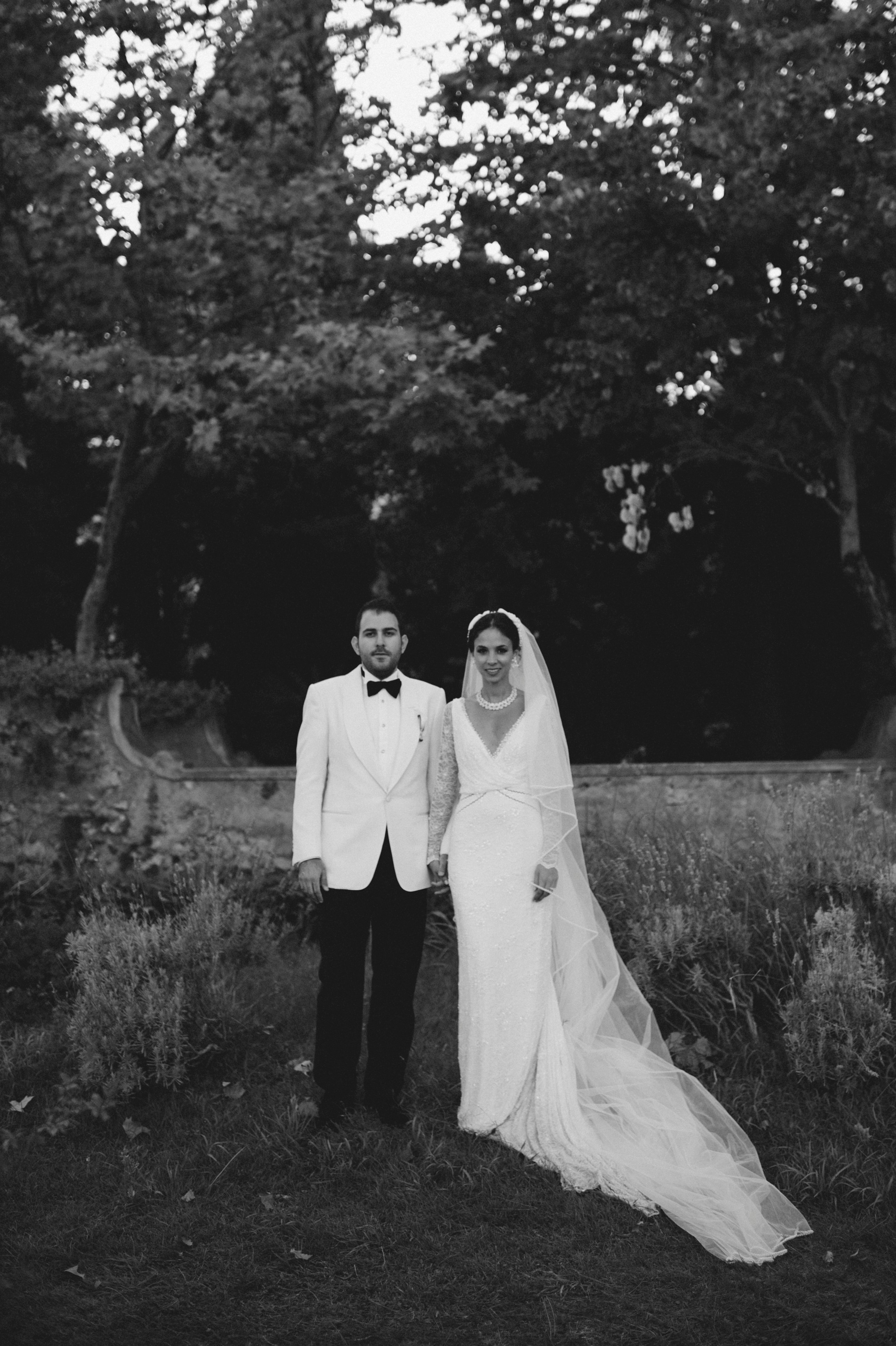luxury wedding black and white portrait of the bride and the groom in villa cimbrone ravello
