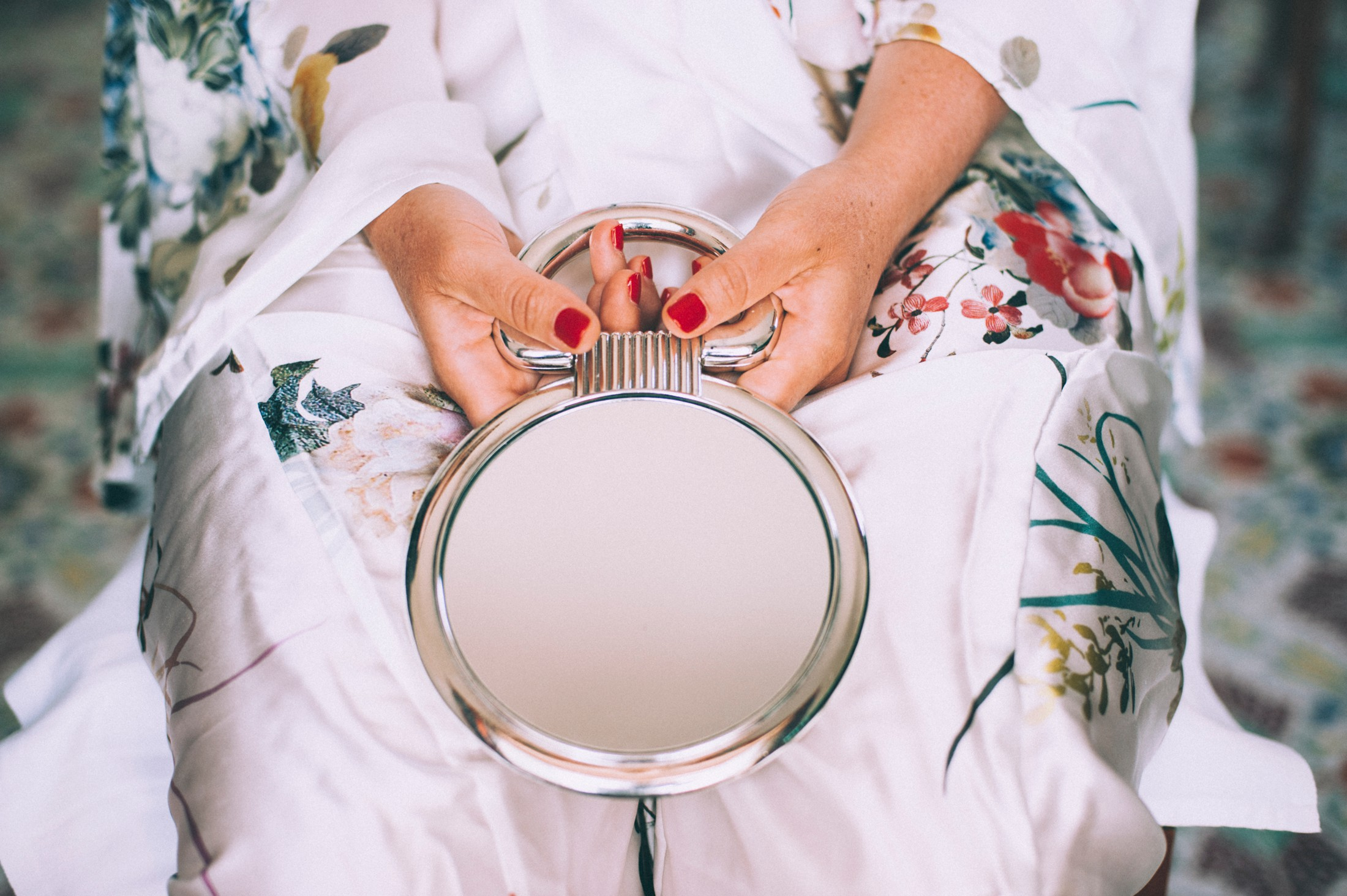rustic wedding in ravello small mirror in the bride's hands