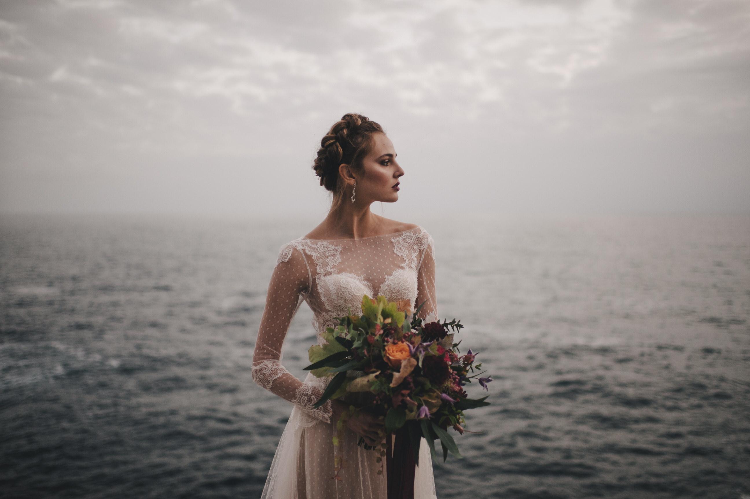 bride's portrait holding the wedding bouquet