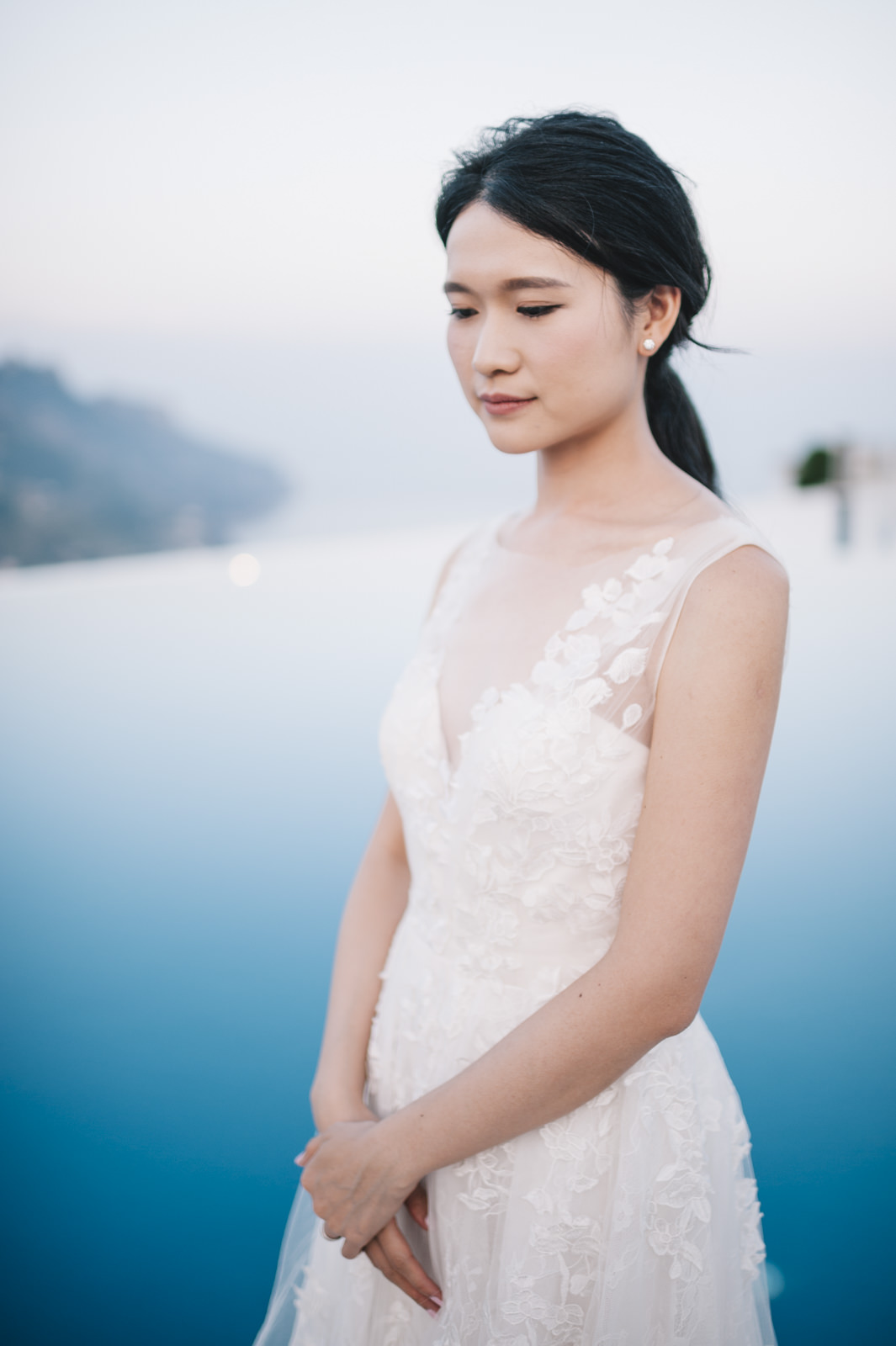 bride's portrait by the infinity pool of belmont hotel caruso in ravello