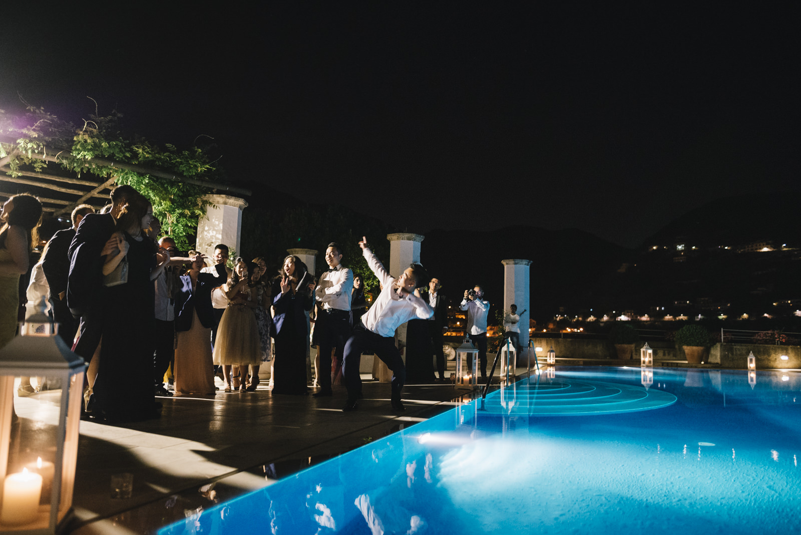 wedding guests during the party by the infinity pool of the belmont hotel caruso in ravello