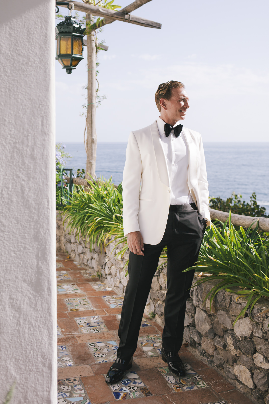 groom's portrait with the sea as background