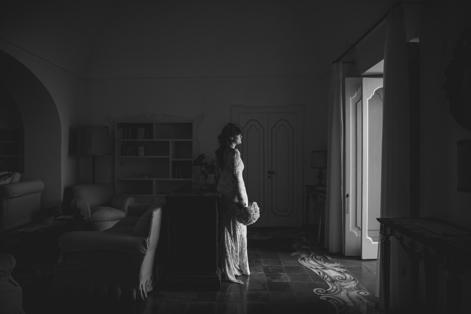 black and white portrait of the bride in a room at the hotel Marincanto