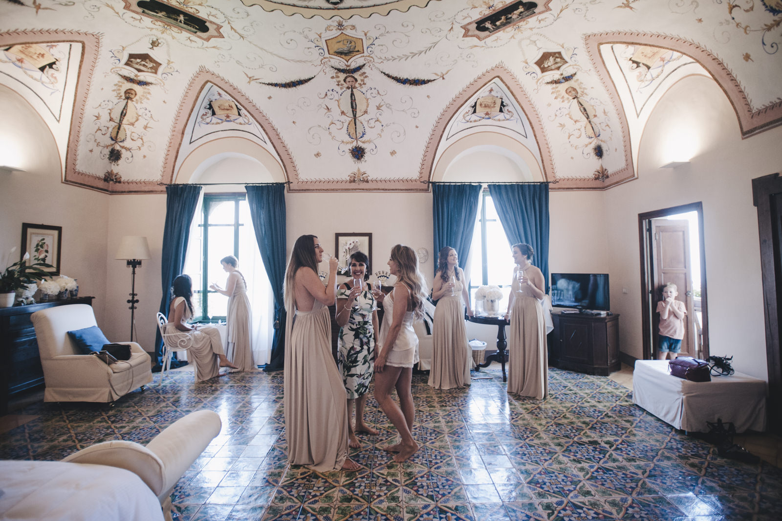 the bride standing in the suite of villa cimbrone and talking with her mother during the preparation