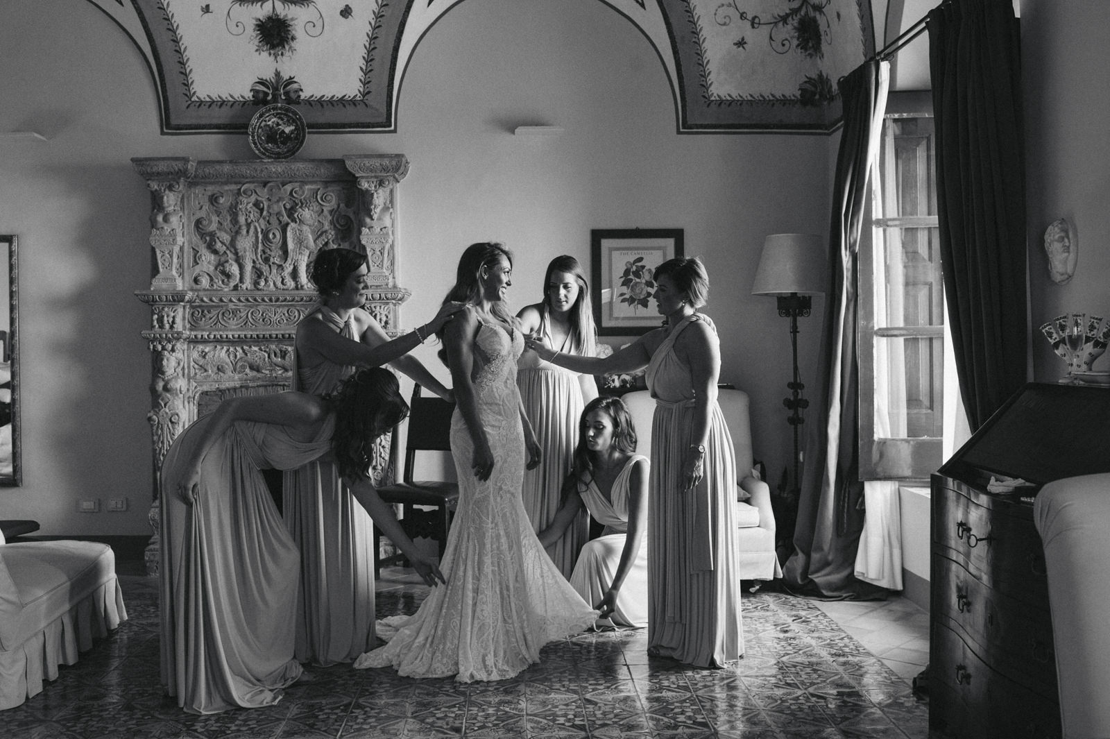 black and white photo of the bride with the bridesmaids during the preparation